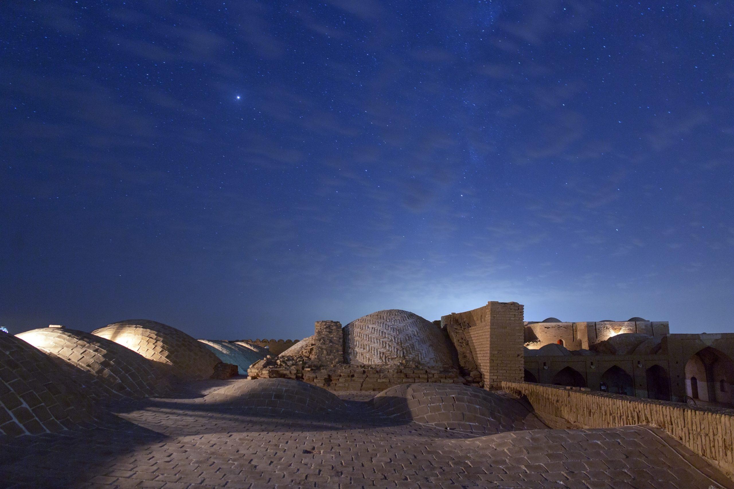 Nachthimmel über Dächern in Iran als Symbol für meine persönlichen Erfahrungen, die Basis für die Beratung bi-kultureller Paare sind