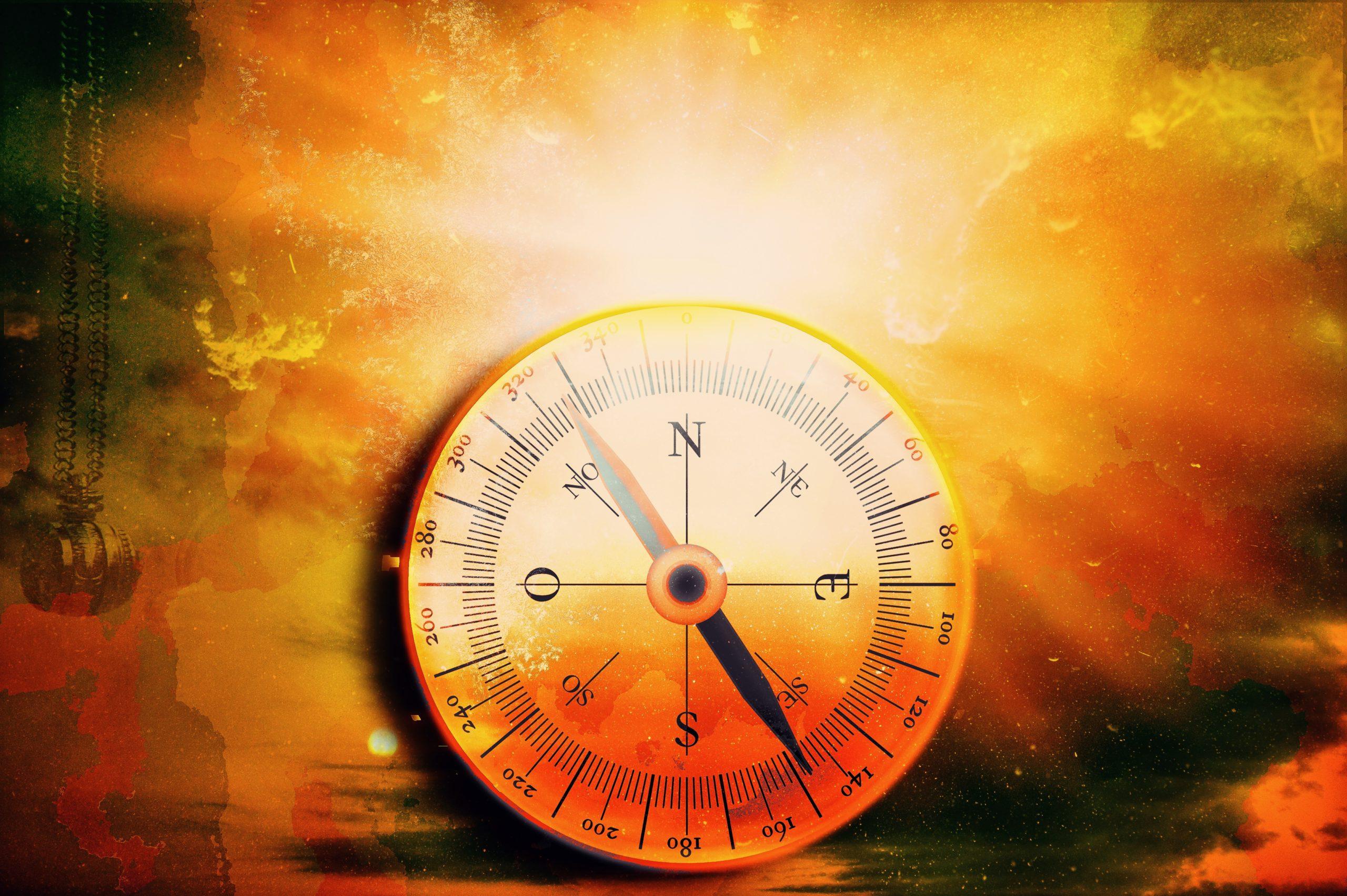 """Kompass vor buntem Hintergrund mit altertümlichem Anstrich als Symbol für die im Unbewussten gespeicherten Erinnerungen, die den """"inneren Kompass"""" speisen"""