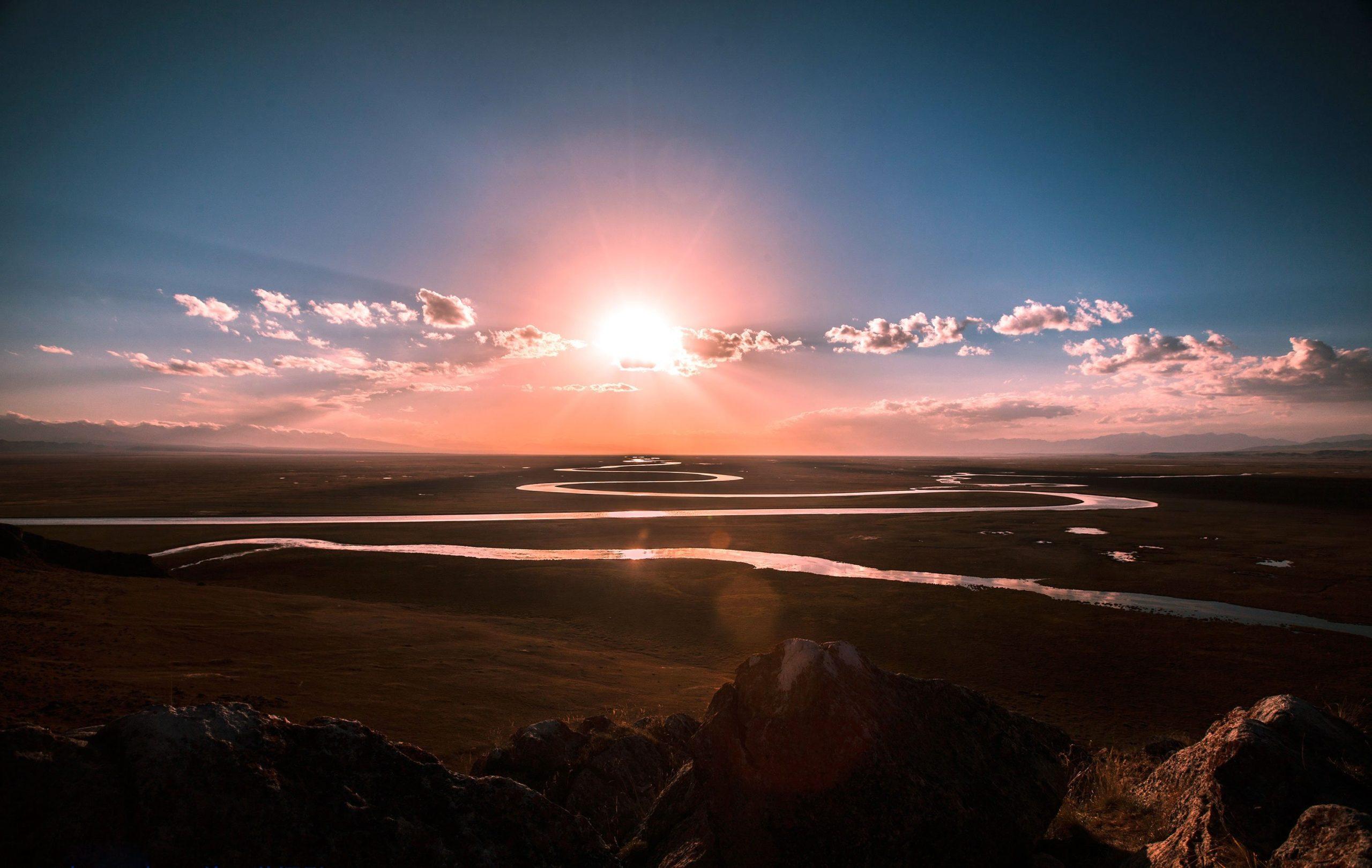 Ein Fluss schlängelt sich in Windungen Richtung Horizont als Symbol dafür, dass Hypnose nicht immer auf geradem Weg schnell zu einem vorher anvisierten Ziel führt