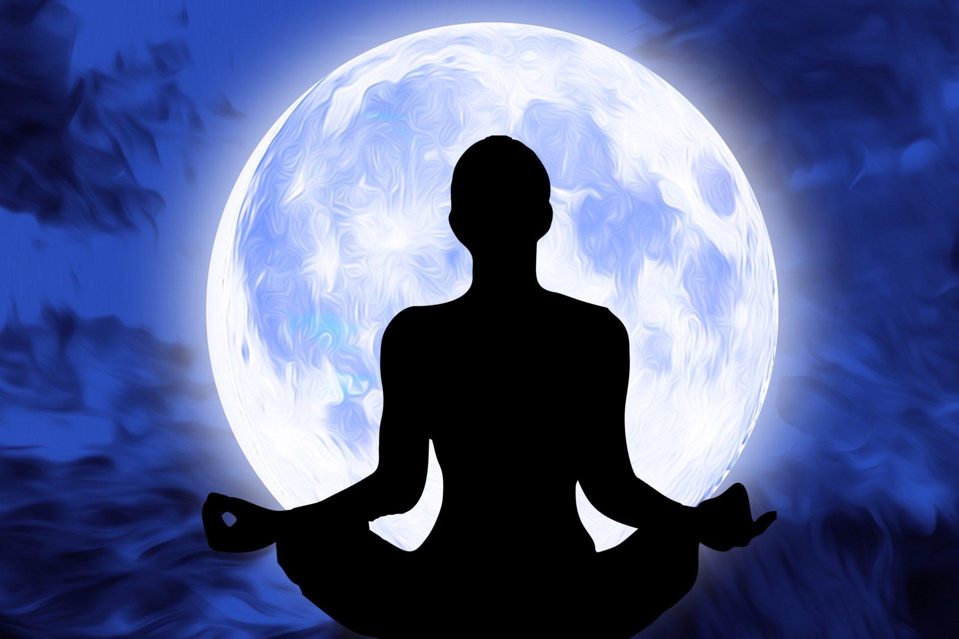 Bild einer sitzenden Silhouette in Meditationshaltung vor einem großen Vollmond als Symbol für die angesprochenen Meditations- und Entspannungsmethoden