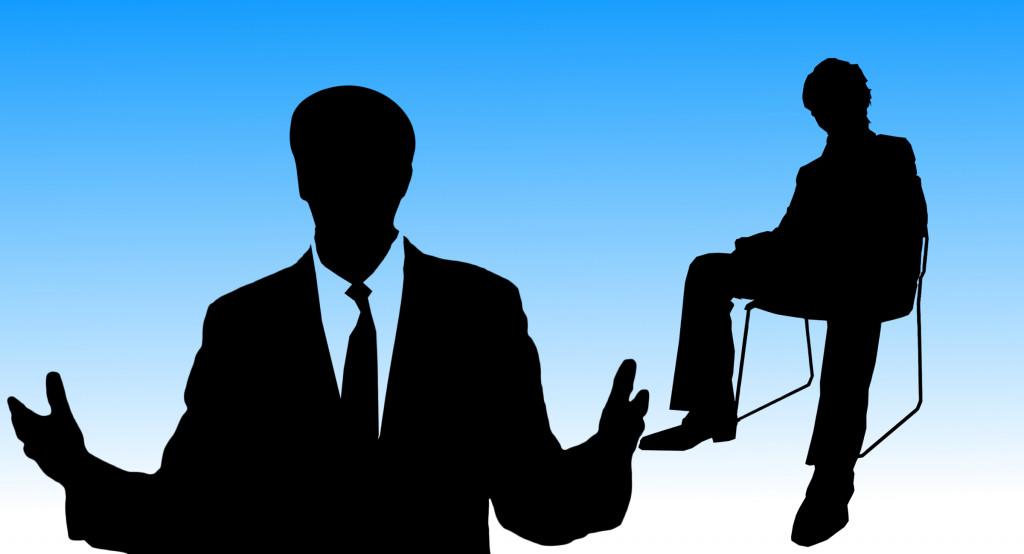 Silhouetten von Menschen, die reden und zuhören - sprechender Mann im Anzug